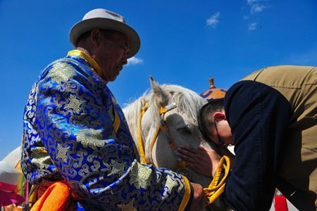 Thousands of ethnic Mongolians from all over China flocked to Ordos to attend the spring ritual.